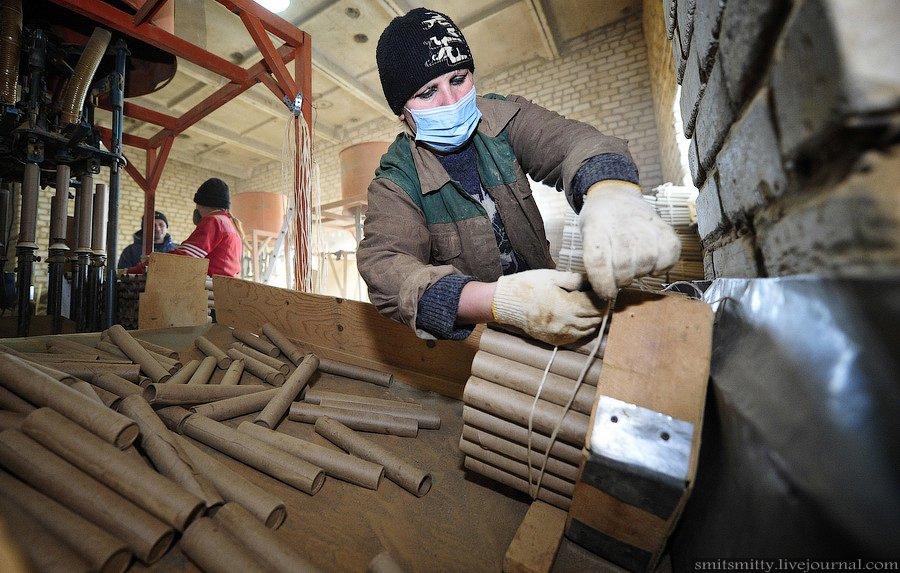 Рабочий готовит глину для запрессовки: