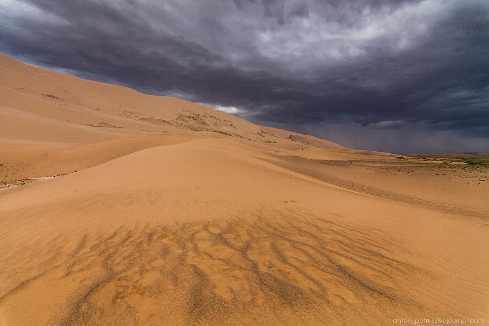 9. Но зрелище потрясающее. Чёрные, драматичные облака над золотыми песками! Это захватывает. А если