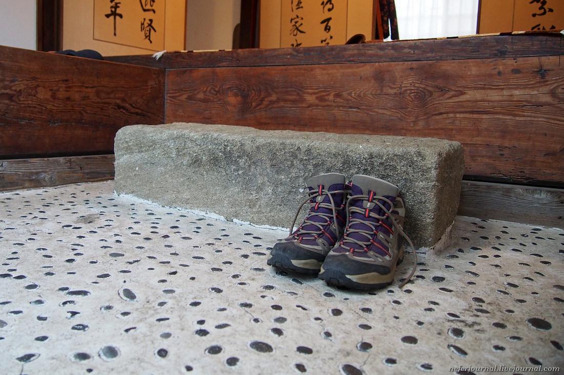Гэнкан — японская прихожая. В этой зоне необходимо снять обувь. По правилам положено развернуть боти
