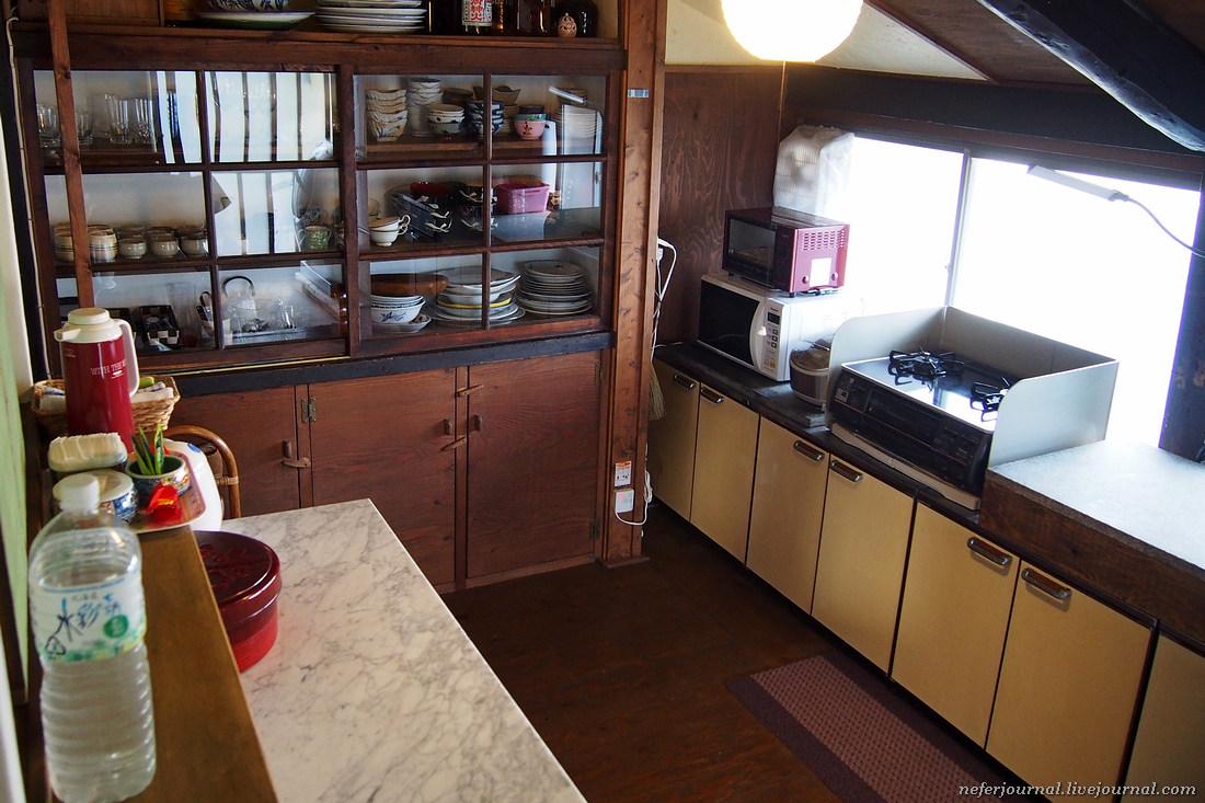 Кухня расположена вне дома, это больше терраса. Имеется рисоварка, микроволновая печь, что-то вроде