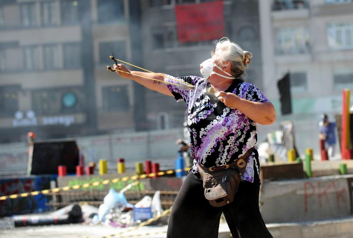 Я стреляю белке в глаз!: Очень буйная бабка с боевой рогаткой