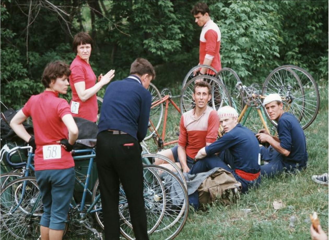Велосипедисты с номерами на майках