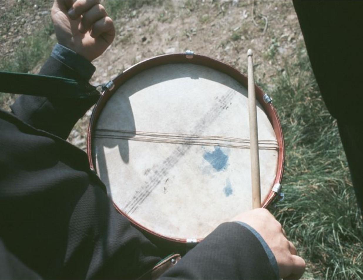 Человек с барабаном