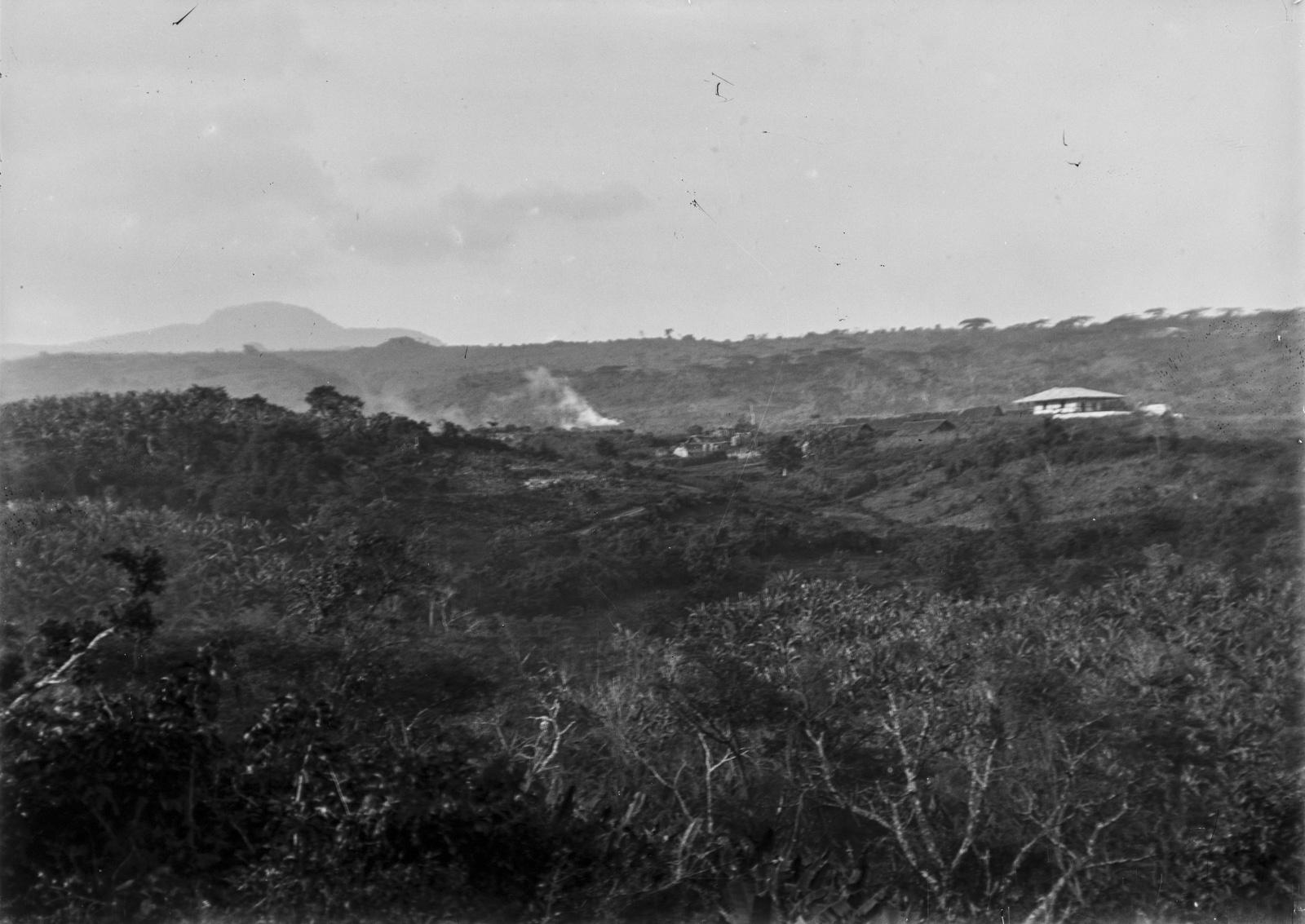 160. Станция немецкого общества Восточной Африки (ДОАГ) в Марангу. На заднем плане пейзаж Килиманджаро