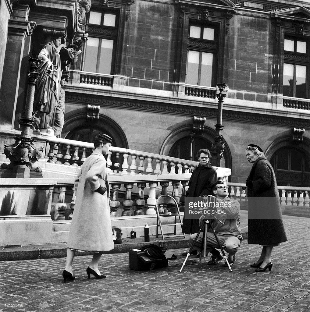 1953. Ричард Аведон, модель от Диор у входа в парижскую Оперу