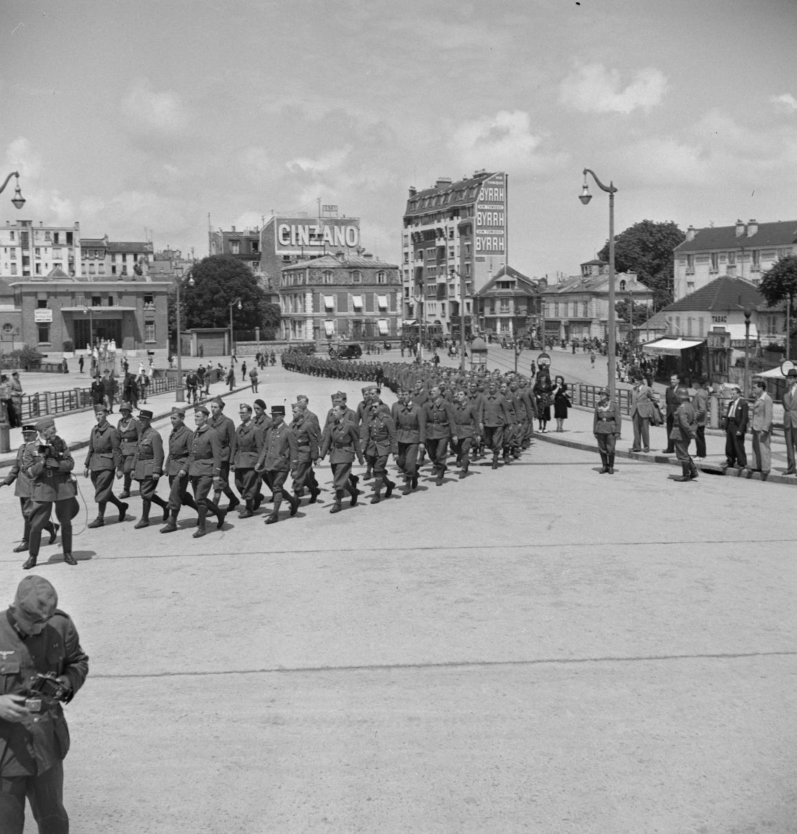 28. Легионеры проходят колонной к вокзалу по городским улицам