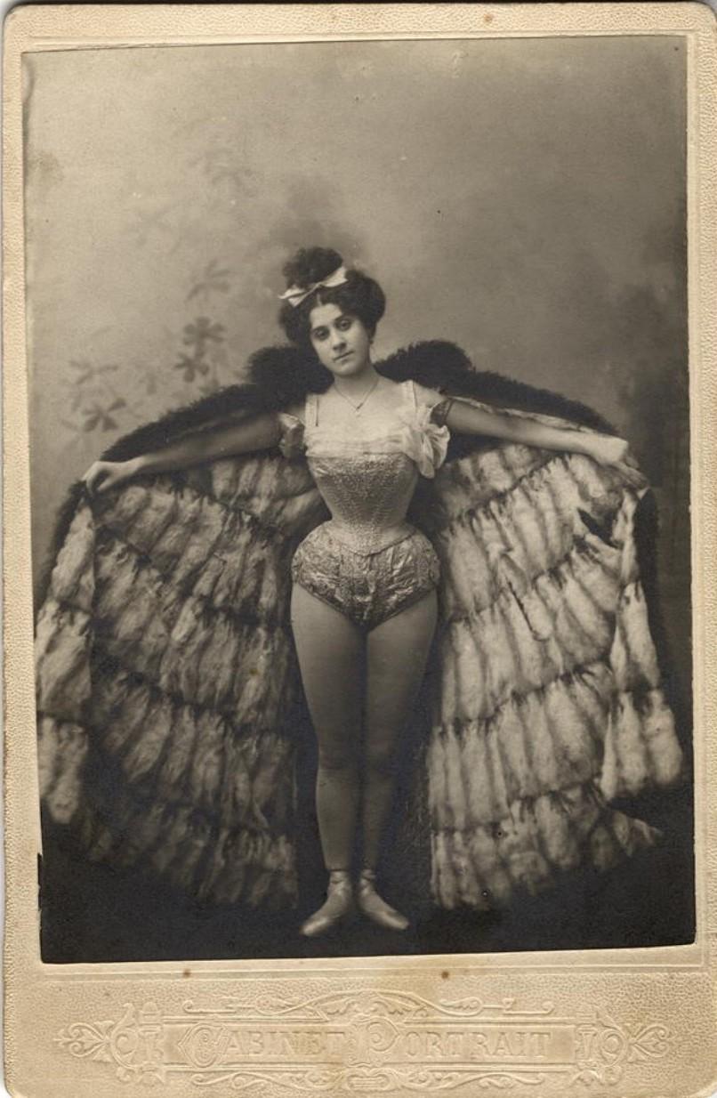 Лаврентьева Александра Семеновна, сестра фотографа А.С.Лаврентьева, в балетном костюме