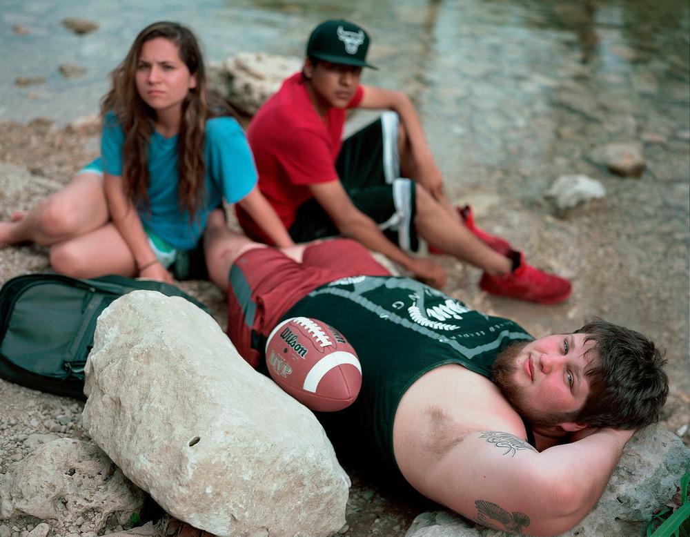 Американцы отдыхают возле тихой речки