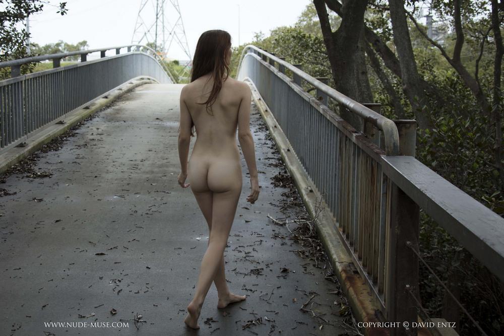 Голая Penni на мосту