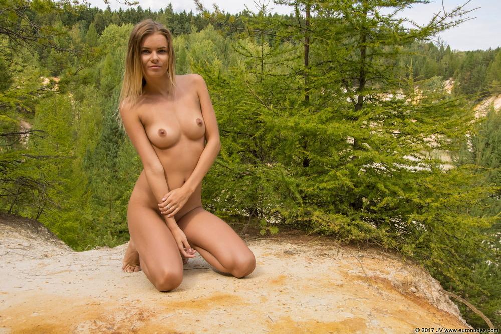 Katerina разделась и прогулялась по лесу