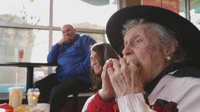 Американка дожила до 100 лет благодаря чизбургерам и картофелю фри
