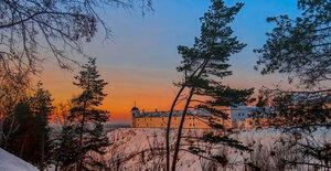 Утро красит нежным светом стены древнего кремля.