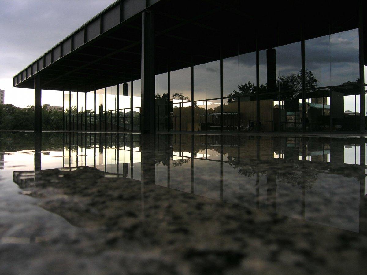 Модернист Людвиг Мис ван дер Роэ использовал минимальные линии и открытые пространства для создания