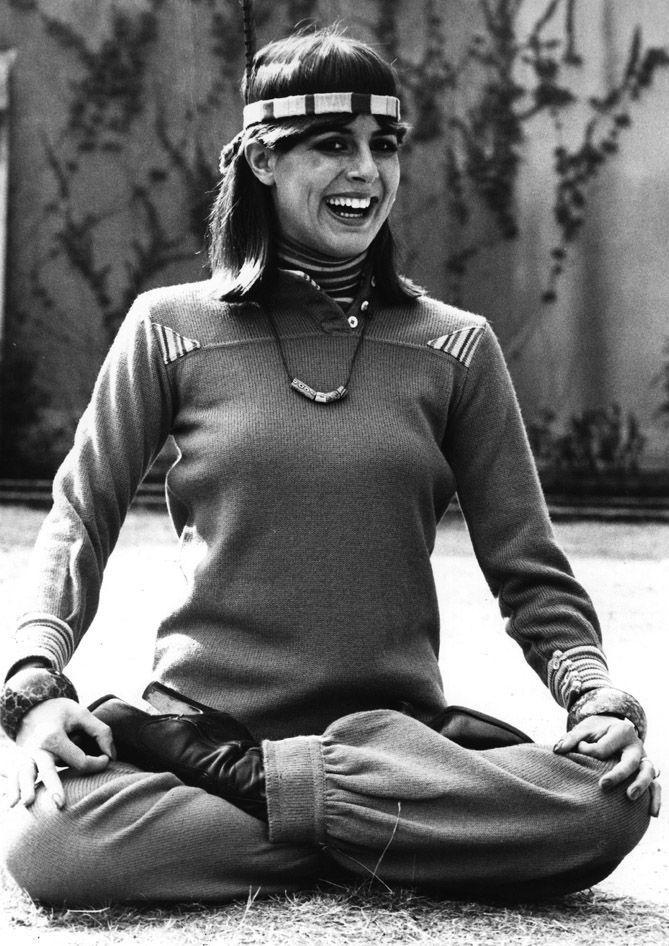 14. Здесь уже появляется реклама брендов одежды. Сентябрь 1976 года, популярный инструктор по йоге К