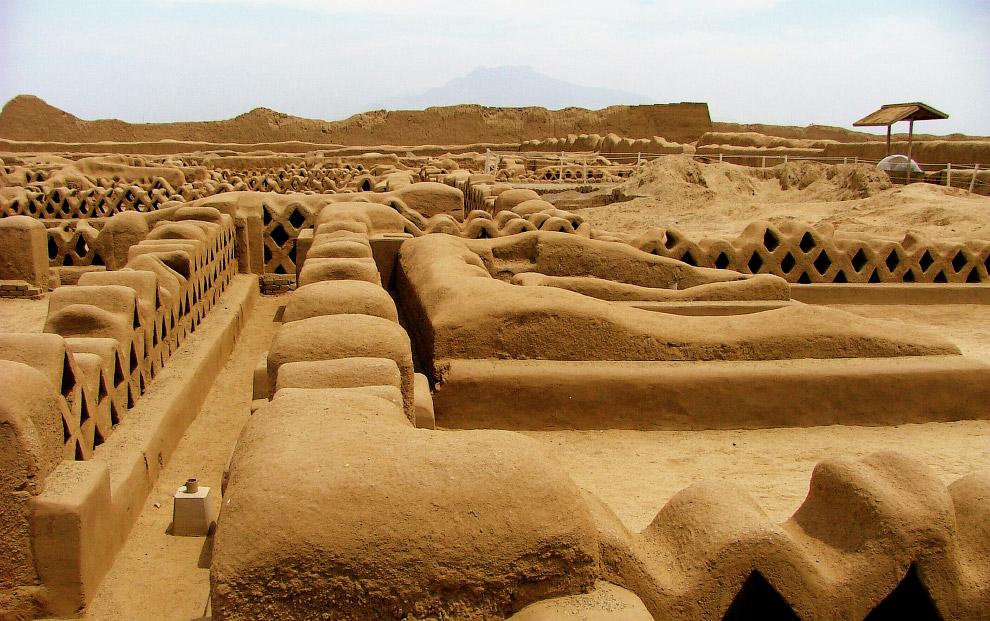 Город был разделен на девять цитаделей, в каждой из которых находились жилые дома, храмы и склады, с