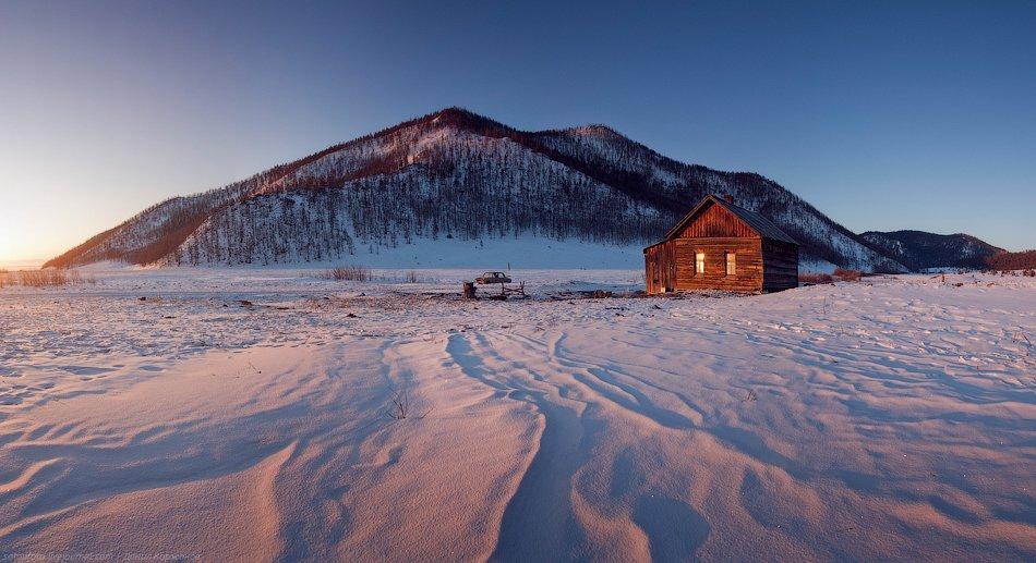 Этот день — яркий, солнечный, ветреный. Идём вдоль берега, лёд так себе: с большими островками снега