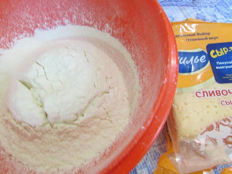 5. Для выпекания блинчиков подойдет небольшая сковорода. В ней легче будет переворачивать блинчики.