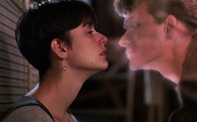 Трогательный фильм о любви, которая живет и спасает человека даже после смерти. По сюжету Сэм уже по