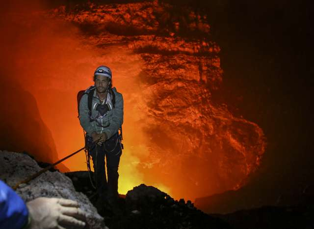Немецкая пара спустилась в жерло вулкана ради рекламной кампании острых чипсов (13 фото)