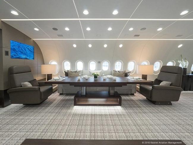 Главный исполнительный директор Kestrel Aviation Стефен Велла (Stephen Vella) в салоне BBJ 787 VIP.