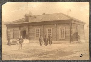 Служивые люди и каторжане на фоне здания с табличкой Лазаретъ