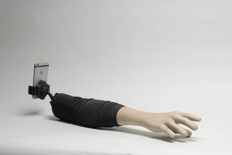 Selfie Arm – Using a fake fiberglass arm to replace your ugly selfie sticks?