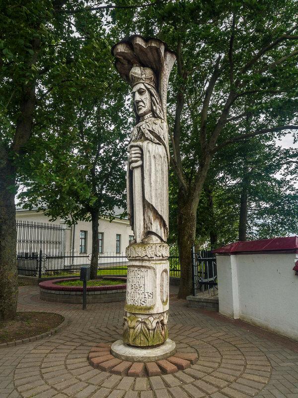 Между двумя замками стоит деревянная статуя Витовта, почему-то смахивающего на индейца.