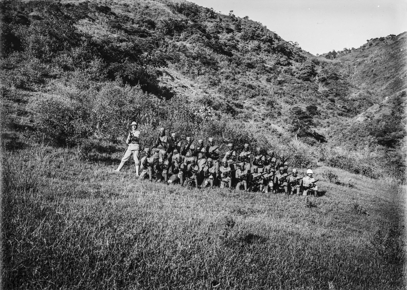 81. Учебные стрельбы. Солдаты немецких колониальных войск , оснащенные огнестрельным оружием Mauser Model 71 готовятся к стрельбе