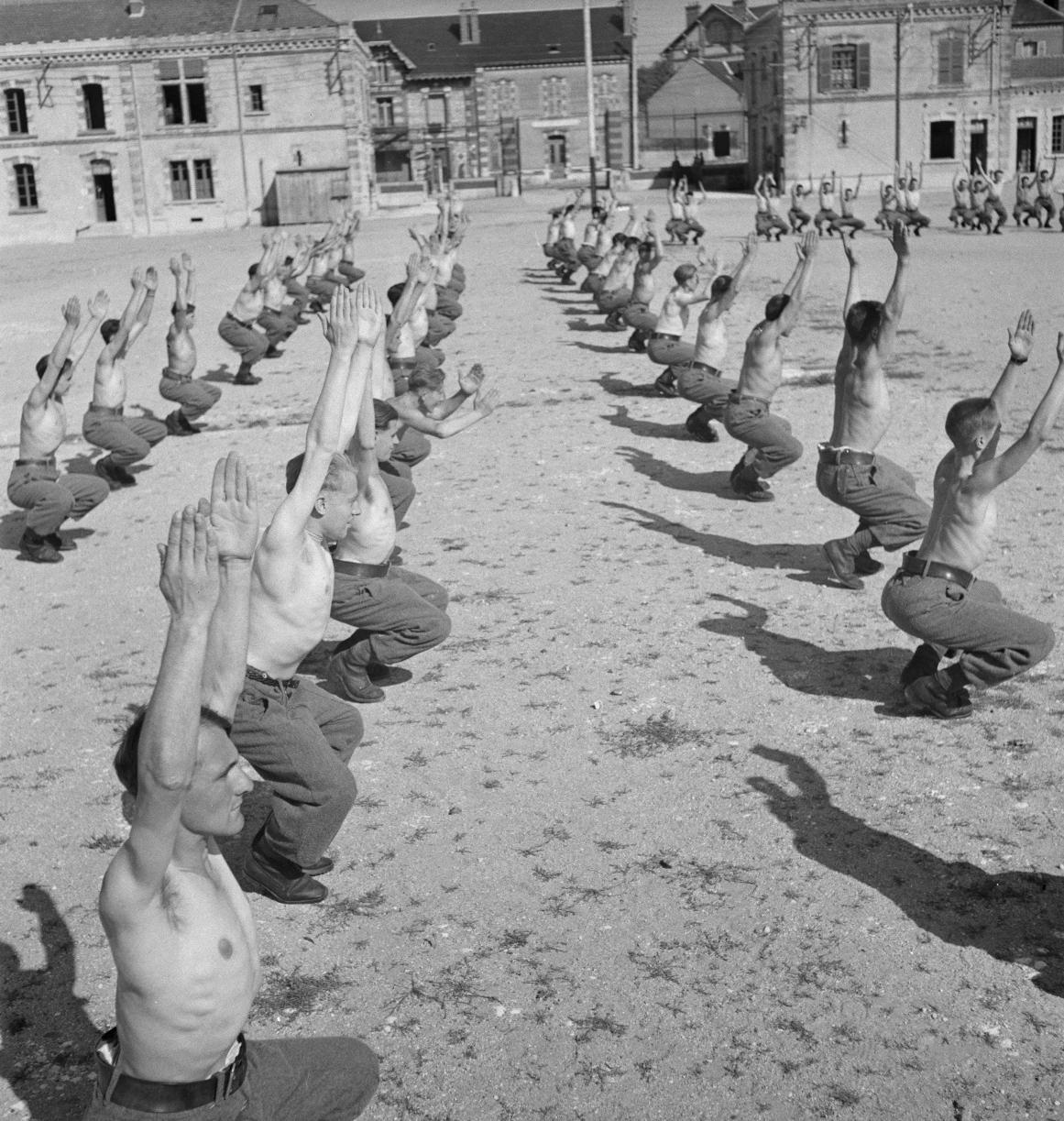 Ежедневный урок физкультуры проходит под наблюдением спортсменов-инструкторов