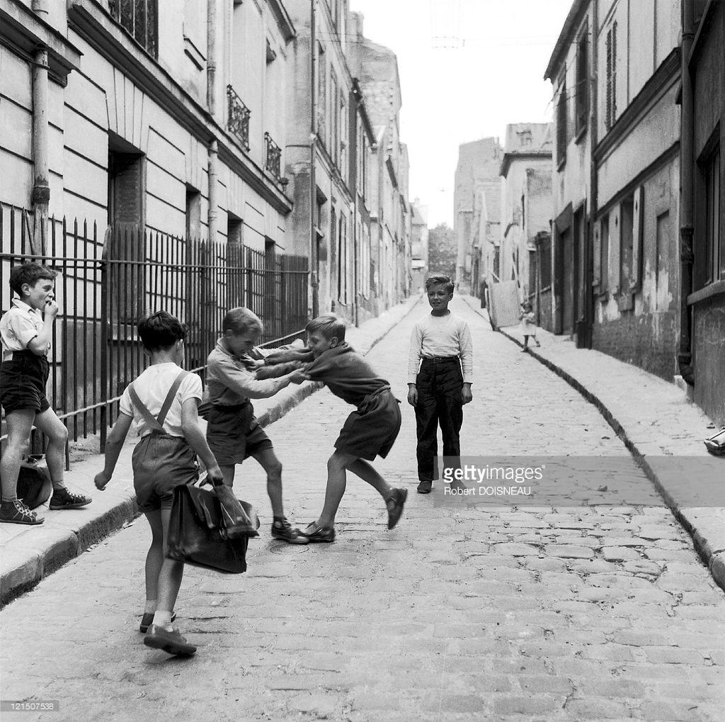 1956. Дети дерутся на улице