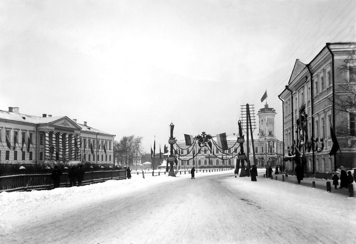 Ломоносовская площадь, украшенная в честь 300-летия дома Романовых