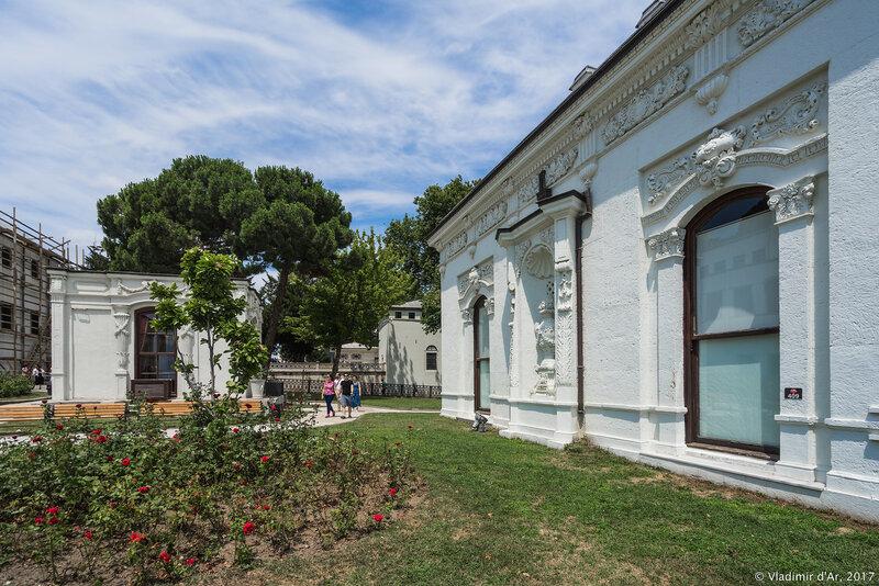 Дворец Топкапы в Стамбуле. Четвертый двор. Гардеробная и Павильон медицины.