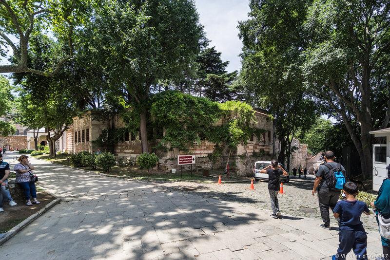 Дворец Топкапы в Стамбуле. Первый двор. Монетный двор. Вход в археологический музей.