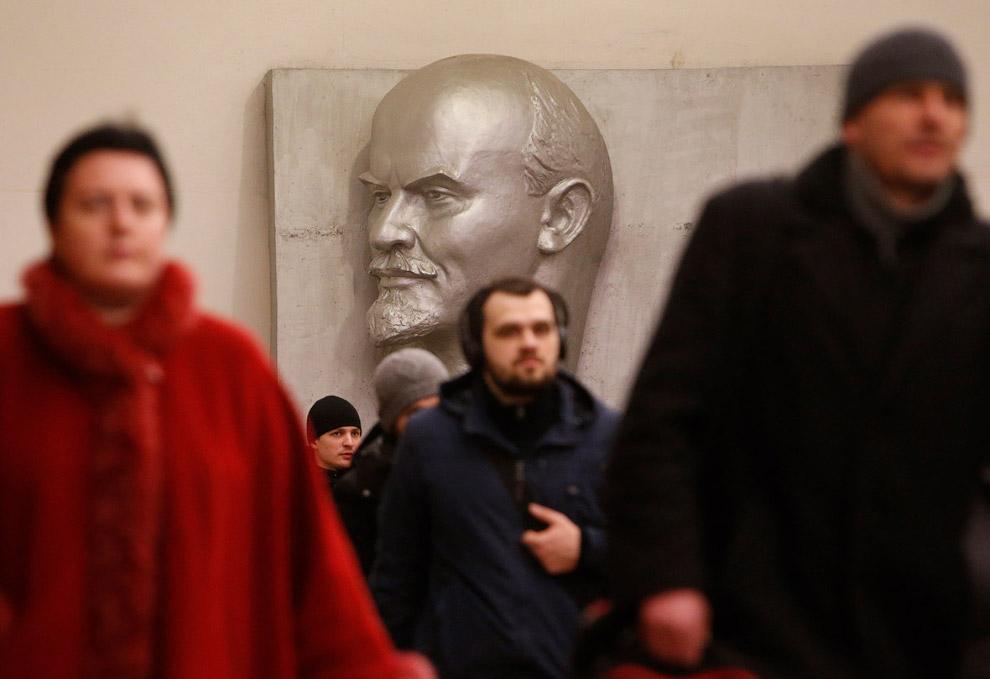 7. Станция метро «Библиотека имени Ленина» в Москве. (Фото Lucy Nicholson | Reuters):