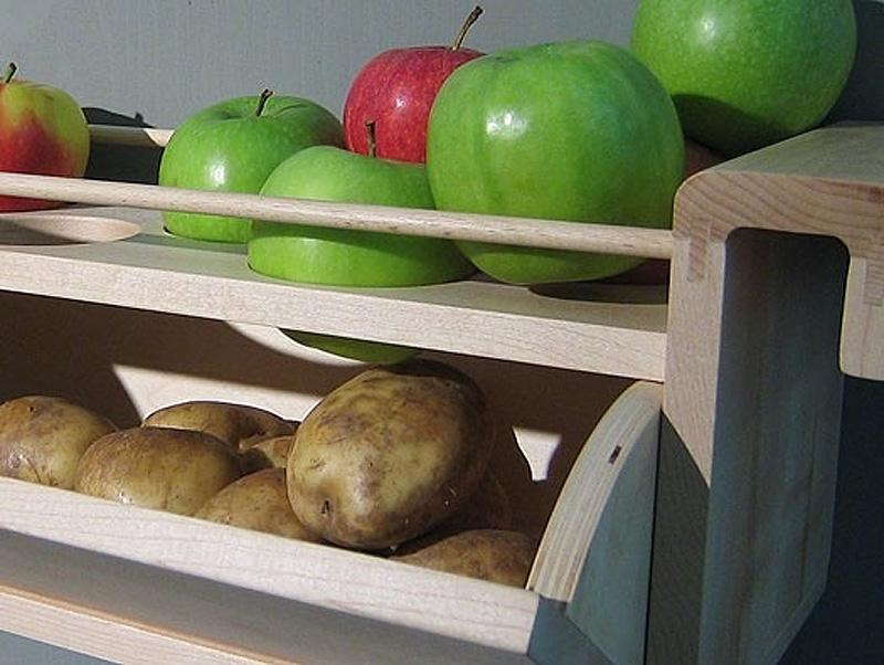10. Чтобы картофель не прорастал, храните его вместе с яблоками.