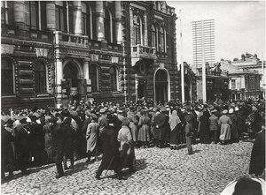 Хоровое исполнение революционных песен в день выборов у Общественного собрания