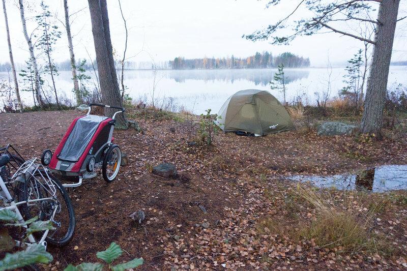 палатка на берегу озера в laavu Jaakkoniemi