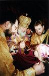 Митрополит Кирилл причащает верующих