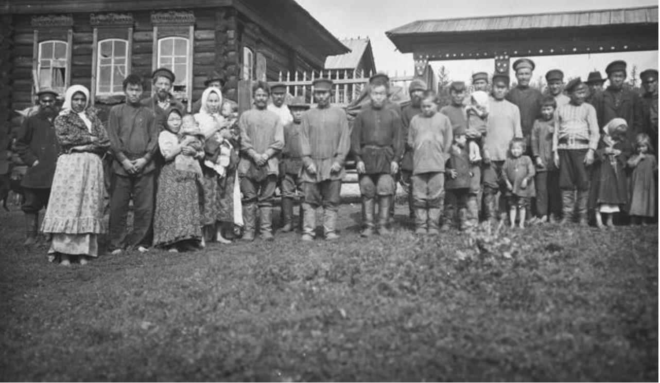 27. Село Угамагово. Групповая фотография татар