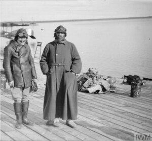Генерал Генри Сеймур Роулинсон готовится к полёту. Онежское озеро, Медвежья гора, октябрь 1919