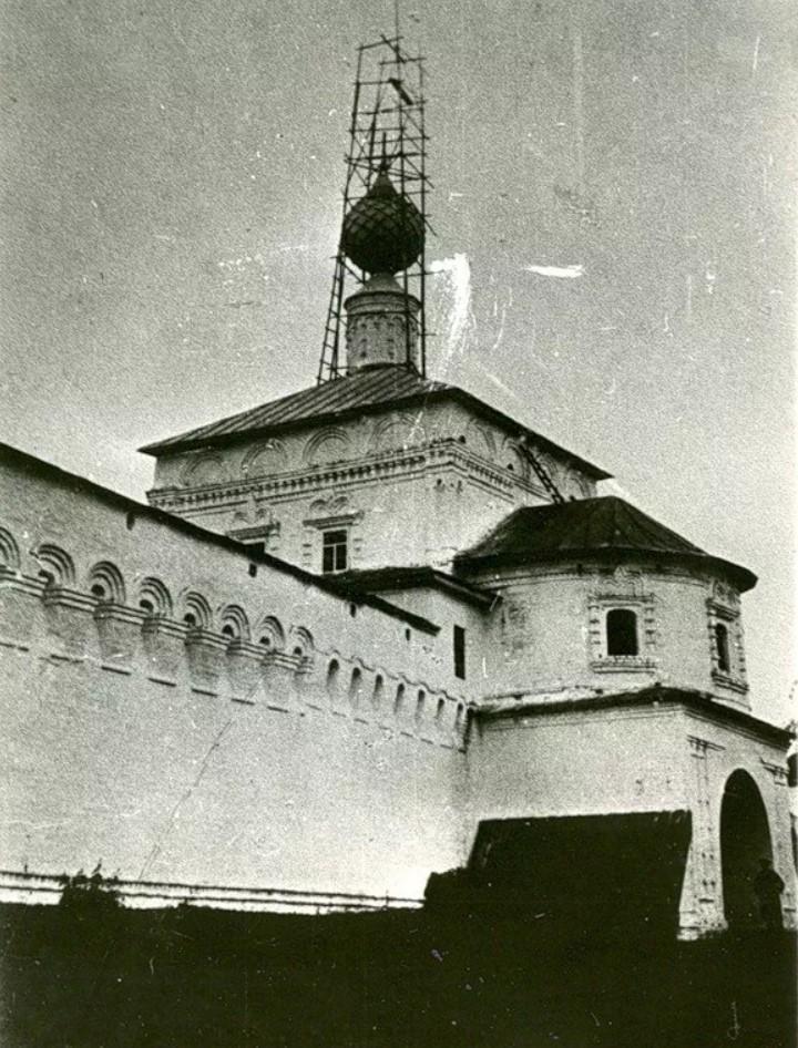 Антониев Краснохолмский монастырь. Надвратная Вознесенская церковь