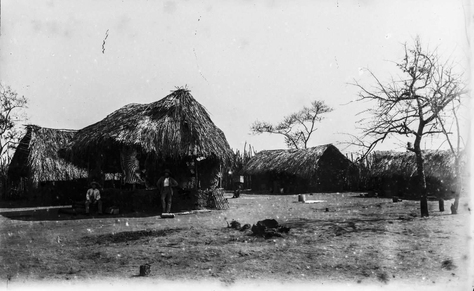 39. Два исследователя стоят в доме немецкого общества Восточной Африки (ДОАГ) станции Мафи