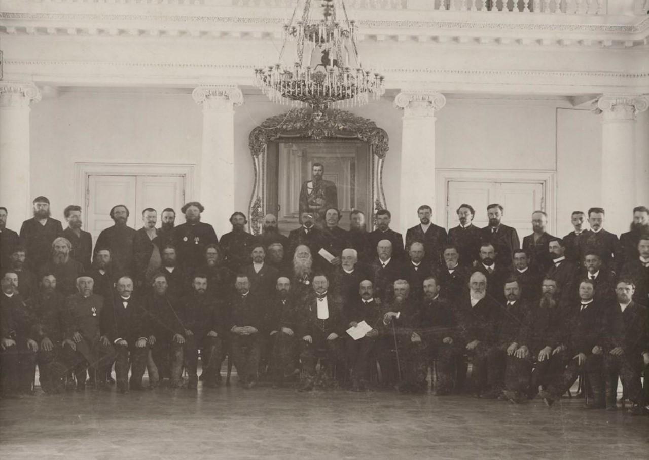 Группа выборщиков в здании Городской думы
