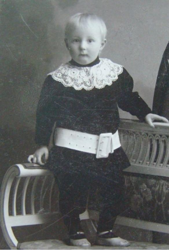 Портрет мальчика в темном кафтан