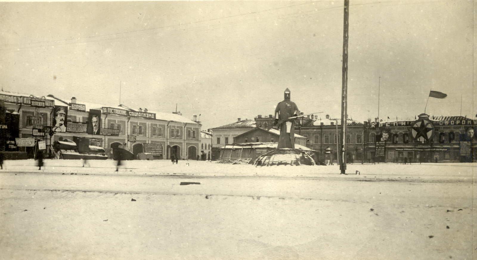 12. Площадь Окулова. Общий вид. Слева - корпус торг.рядов