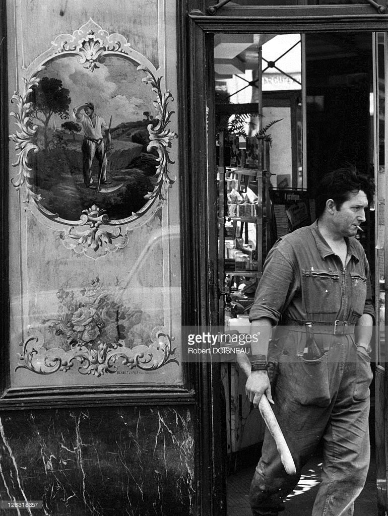 1971. Мужчина покидает пекарню на улице Рю де Пуату,  с багетом и бутылкой вина, 1 июня