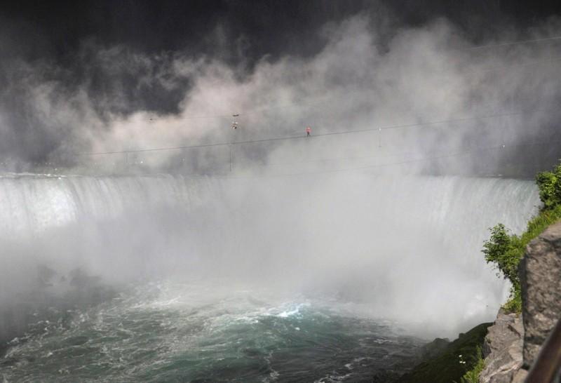 Ник Валленда (Nik Wallenda) прошел над Ниагарским водопадом