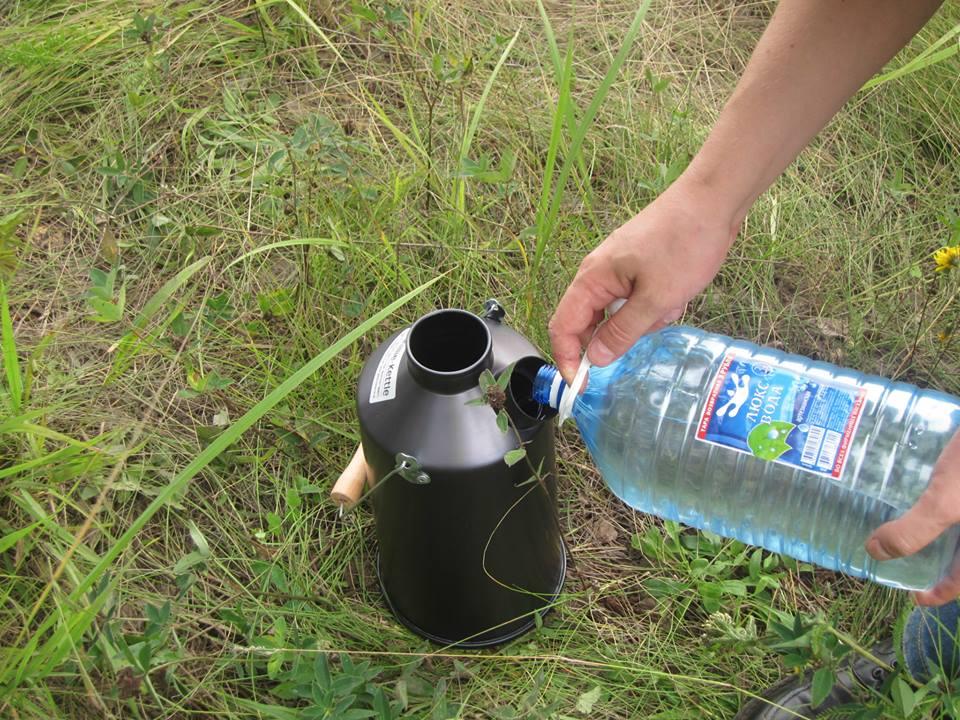 Наливаем воду впоходный самовар