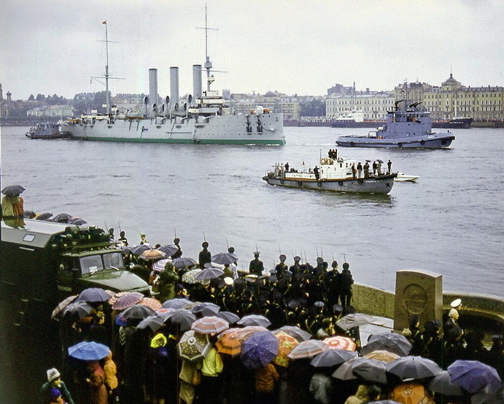 Der Panzerkreuzer «Aurora» in Sankt Petersburg in Russland wird von 2 Lotsenbooten die Newa entlang gezogen