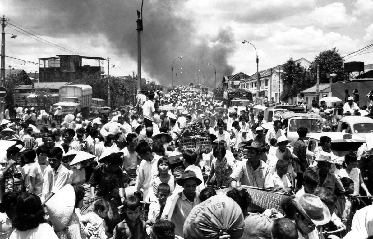 Многие жители Сайгона спешно покидают свой город, чтобы избежать ожесточенных столкновений между формированиями атакующих партизан и обороняющимися силами южновьетнамских войск